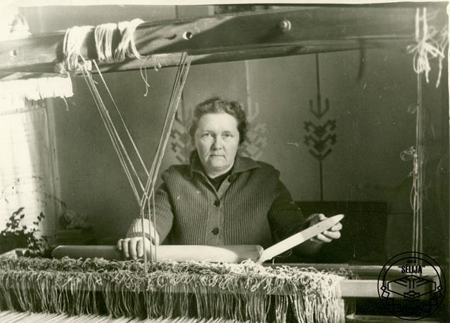 Vilma Liepkalne darbā pie stellēm.