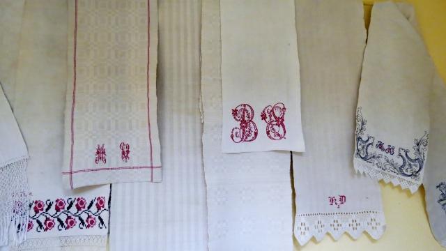 """Bertas Zvaigznes monogramma izstādē 'Piederības zīmes tekstilijās""""."""