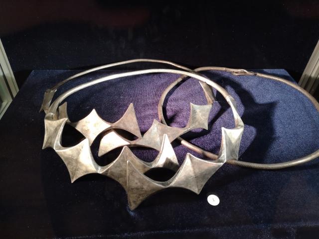 """Sudraba kaklariņķis no Vārnavas """"Saulīšu"""" depozīta, LNVM ekspozīcijā."""