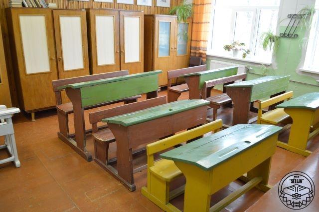 Muzeja ekspozīcijā redzamie skolas soli.