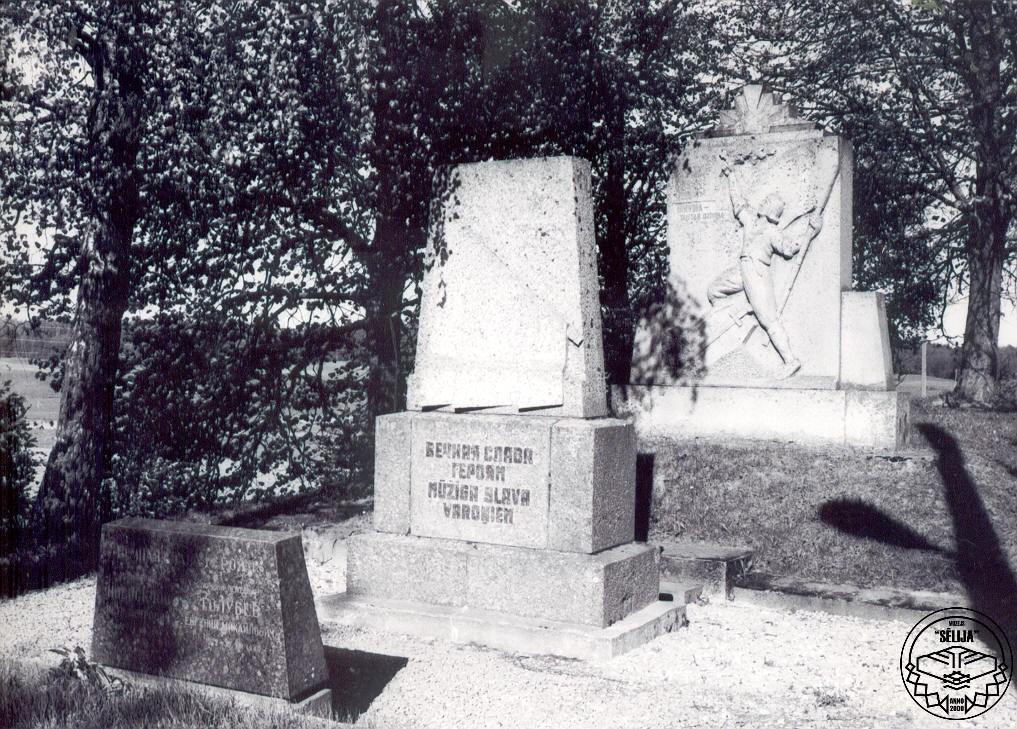 Padomju okupācijas gados priekšā novietots piemineklis sarkanarmiešiem.